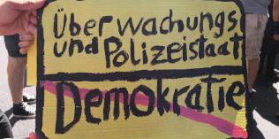 Schild Überwachungs- und Polizeistaat statt Demokratie